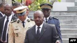 Le président du Gabon, Ali Bongo (C), passe en revue les troupes lors d'une cérémonie à Libreville le 16 août 2019 au Mausolée du pays.