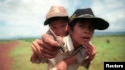 Dua anak Vietnam dalam foto tertanggal 15 Mei 1996 ini, memperlihatkan peluru yang mereka temukan di wilayah Khe Sanh, di lokasi dimana pernah terjadi pertempuran hebat selama perang Vietnam (Foto: dok). Dua anak di propinsi Dak Nong, Vietnam Tengah dilaporkan tewas dan enam lainnya terluka saat bermain-main dengan mortir yang mereka temukan saat hendak berangkat sekolah, Rabu (17/4).