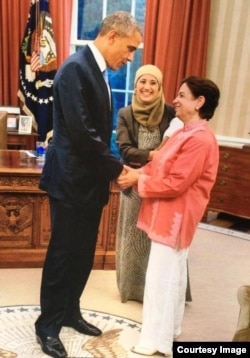 سمیرا فاضلی وائٹ ہاؤس میں اپنی والدہ ڈاکٹر رفیقہ کو اُس وقت کے صدر براک اوباما سے متعارف کرا رہی ہیں۔