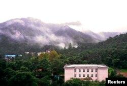지난 2009년 8월 북한 금강산 호텔 너머로 금강산이 보인다.