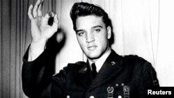 가수 엘비스 프리슬리가 미 육군 복무 당시 정복 차림으로 찍은 사진.