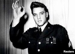 Ca sĩ Elvis Presley chụp hình trong bộ quân phục Hoa Kỳ. Elvis Presley gia nhập quân đội Hòa Kỳ tại Memphis, Tennessee, ngày 24 tháng 3 năm 1958.