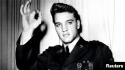 Penyanyi Elvis Presley difoto pada tahun 1958 mengenakan seragam Angkatan Darat AS. Elvis meninggal dunia 35 tahun lalu.