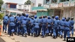 Des policiers burundais pourchassent des manifestants qui protestent contre un 3e mandat du président Pierre Nkurunziza, vendredi 17 avril 2015.