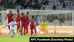 ضربۀ آزاد بازیکن تیم ازبکستان به سوی دروازۀ تیم عمان