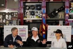 El presidente de EE.UU., Donald Trump. flanqueado por el gobernador de Texas Greg Abbott y la primera dama Melania Trump, felicita a las autoridades y agencias estatales por el trabajo de respuesta a la tormenta tropical Harvey.