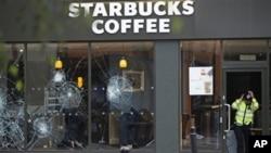 A loja Starbucks em Clapham (Londres) foi alvo de pilhagens
