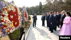 ສະມາຊິກພັກຂອງເກົາຫລີເໜືອ ໄປຢ້ຽມຢາມ Mankyongdae ບ່ອນກໍາເນີດ ຂອງທ່ານ Kim Il-sung ຜູ້ສ້າງຕັ້ງເກົາຫລີເໜືອ ໃນວັນຄ້າຍວັນເກີດ ຄົບຮອບ 101 ປີຂອງທ່ານ ໃນນະຄອນພຽງຢາງ ໃນວັນທີ 15 ເມສາ 2013.
