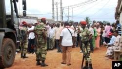 Des soldats maintiennent l'ordre devant un bureau de vote à Libreville, Gabon. (Archives).