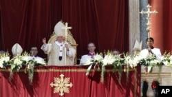 Paus Benediktus XVI memberkati umat yang menghadiri perayaan paskah di Lapangan Santo Petrus, Vatikan (8/4).