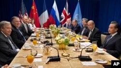 지난달 27일 뉴욕 유엔본부에서 안보리 상임이사국 외무장관 회의가 열렸다. 왼쪽부터 시계방향으로 안토니우 구테흐스 유엔 사무총장, 마이크 폼페오 미국 국무장관, 조너선 코헨 유엔주재 미국 차석대사, 제레미 헌트 영국 외무장관, 카렌 피어스 유엔주재 영국 대사, 바실리 네벤쟈 유엔주재 러시아 대사, 세르게이 라브로프 러시아 외무장관, 프랑수아 들라트르 유엔주재 프랑스 대사, 장 이브 르드리앙 프랑스 외무장관, 왕이 중국 외교부장.