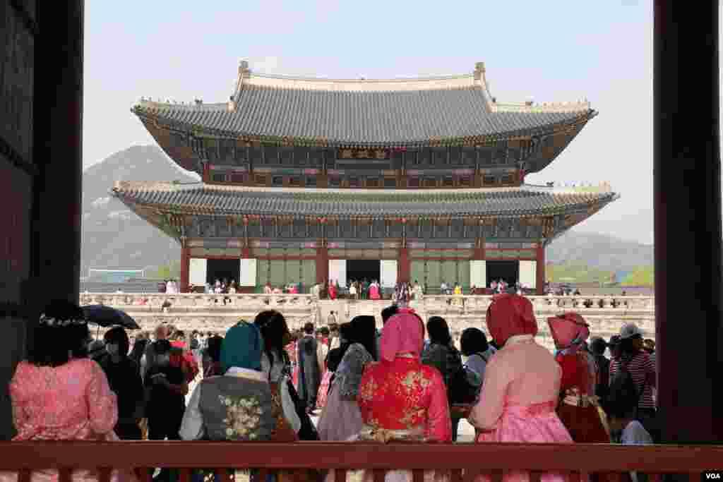 مردم و گردشگران در کاخ گیونگ بوک گانگ