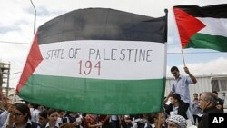 និស្សិតប៉ាឡេស្ទីនលើកទង់ជាតិប៉ាឡេស្ទីននៅពេលពួកគេមកដាក់សំបុត្រនៅការិយាល័យអ.ស.ប.ក្នុងទីក្រុង Ramallah ជូនដល់លោកអគ្គលេខាធិការអ.ស.ប. លោក បាន គីមូន (Ban Ki-moon) កាលពីថ្ងៃទី២០ខែកញ្ញាឆ្នាំ២០១១។ លេខ «១៩៤» នៅលើទង់ជាតិតំណាងឲ្យចំន