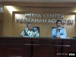 Juru bicara MA Andi Samsan Nganro (kiri) dan Kepala Biro Hukum dan Humas MA, Abdullah saat menggelar konferensi pers di kantornya, Jakarta, Senin (8/7). (Foto: VOA/Sasmito)