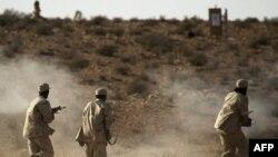 Các binh sĩ của phe nổi dậy Libya tập luyện gần Nalut ở miền Tây Libya, ngày 6/8/2011