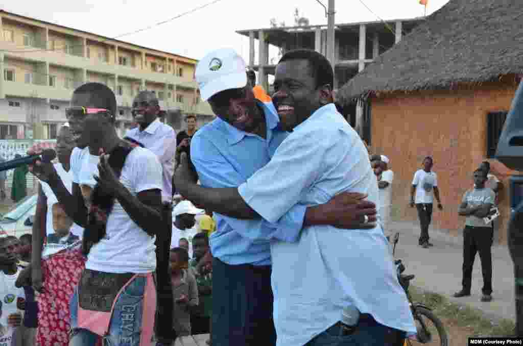 O abraço entre Daviz Simango (dir) e um apoiante, em Cabo Delgado