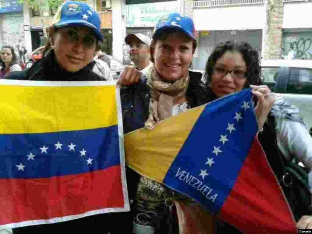 Con bandera en mano estas tres mujeres venezolanos se acercaron a votar a la mesa de votación que se abrió en Barcelona, España. [Foto: cortesía]