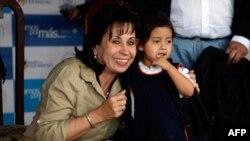 Đệ nhất phu nhân Guatemala Sandra Torres (trái)