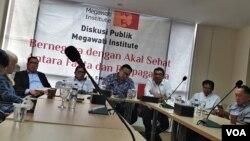 Dosen Filsafat Universitas Indonesia Donny Gahral Adian bersama Fadjroel saat berdiskusi di Megawati Institute. (VOA/Sasmito)