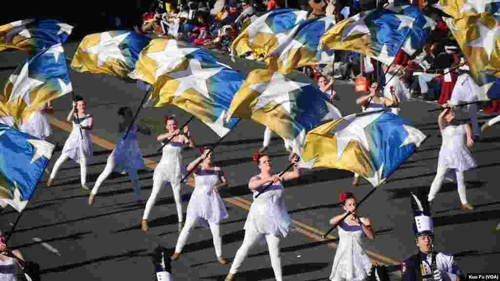 旗队起舞(美国之音国符拍摄)