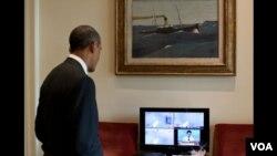 Presiden Barack Obama saat menyaksikan peluncuran pesawat ulang alik Atlantis dari Gedung Putih (8/7).