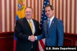 마이크 폼페오 미 국무장관과 과이도 베네수엘라 국회의장이 20일 콜롬비아 수도 보고타에서 열린 서반구대테러리즘 장관회의에서 만나 악수하고 있다.