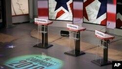 Los podios están listos para el debate demócrata de este sábado entre Hillary Clinton, Bernie Sanders y Martin O'Malley, en Des Moines, Iowa. Nov. 13, 2015.