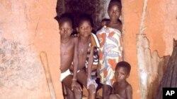 Des enfants du village de Tori Tokoli, au Bénin, le 19 avril 2001.