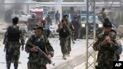6일 아프간 자불에서 차량 폭탄 공격이 발생한 가운데, 현장으로 출동하는 아프간 군인들. 동영상 화면.