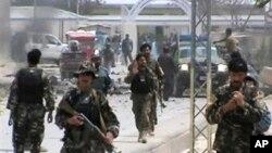 Binh sĩ Afghanistan tại hiện trường vụ nổ bom xe ở Qalat, tỉnh Zabul, miền nam Afghanistan, 6/4/2013