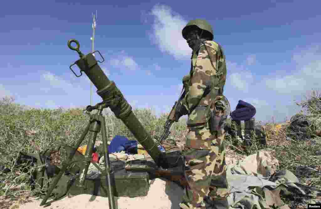 Askari ka tirsan ciidanka AMISOM oo ku sugan Ceel Macaan kadib markii ay dagaal la'aan ku qabsaden.