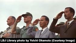 Tổng thống Hoa Kỳ Johnson, Tướng Mỹ William Westmoreland, Tổng thống VNCH Nguyễn Văn Thiệu và Thủ tướng VNCH Nguyễn Cao Kỳ tại Cảng Cam Ranh
