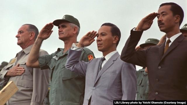 Tổng thống Johnson thăm các binh sĩ Mỹ tại Vịnh Cam Ranh cùng với các quan chức Việt Nam Cộng hòa tháng Mười năm 1966.
