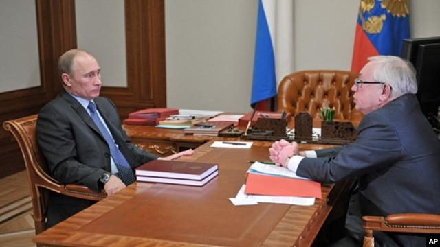 Russian President Vladimir Putin (l) and presidential human rights ombudsman Vladimir Lukin meet in the Bocharov Ruchei residence in the Black Sea resort of Sochi, March 28, 2013.