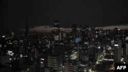 Dân chúng và các công ty phải cắt giảm việc sử dụng máy điều hòa không khí và các đồ dùng điện khác vào một trong những mùa hè nóng nhất ở Nhật Bản