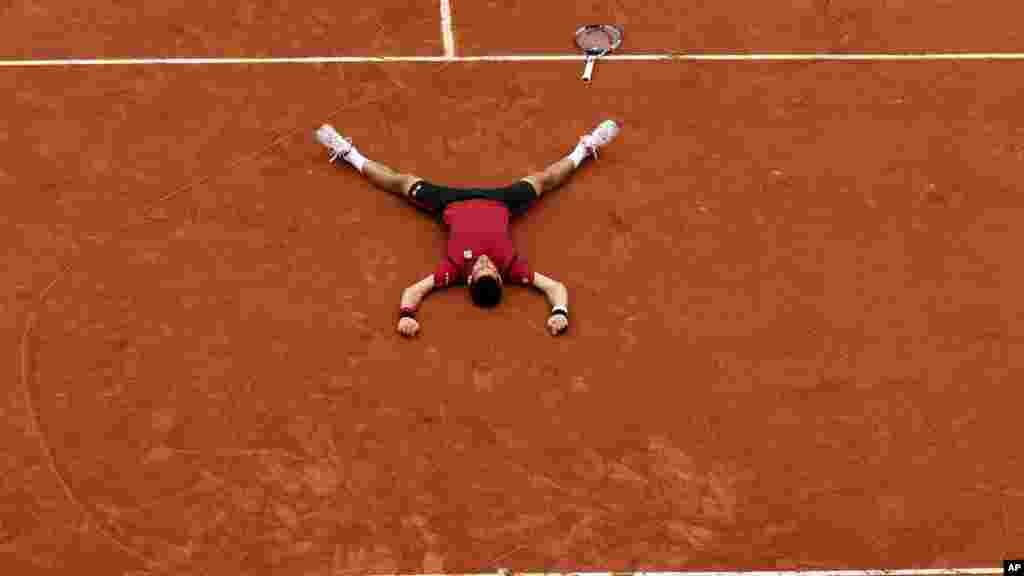 Novak Djokovic, après avoir battu Andy Murray lors de leur dernier match de tennis Open français au stade Roland Garros à Paris, le 5 juin 2016.