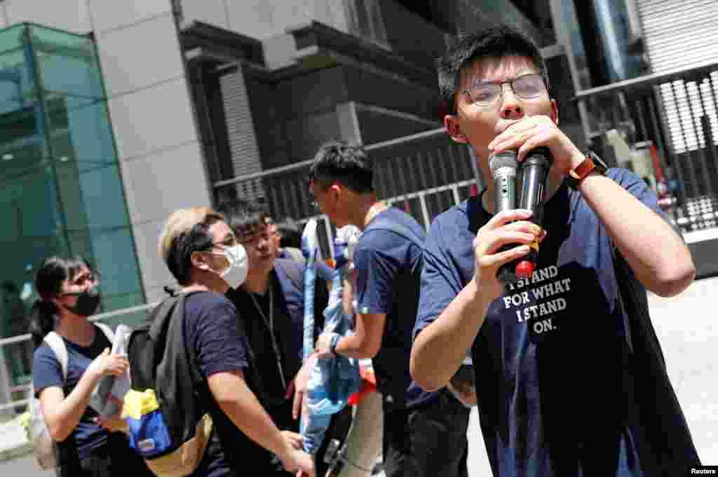 2019年6月21日香港民主活動人士黃之鋒在警察總部外抗議時發表講話,要求香港領導人下台,並撤回引渡法案。
