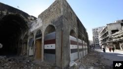 Các cửa hàng bị phá hủy sau những vụ nổ bom ở thành phố Homs, Syria, ngày 8/12/2015.
