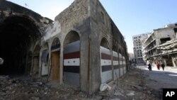 시리아 반군이 홈스 시에서 퇴각하고 있는 가운데, 내전으로 파괴된 상점이 8일 새 문을 단 모습이다.