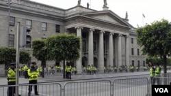 Polisi Irlandia siaga menjelang kunjungan Ratu Elizabeth II (17/5), yang merupakan kunjungan pertama kerajaan Inggris ke Irlandia dalam 100 tahun.