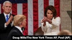 Predsedavajuća Predstavničkog doma Nensi Pelosi aplaudira predsedniku SAD Donaldu Trampu tokom govora o stanju nacije, 5. februara 2019. (Foto: AP/Doug Mills/The New York Times)