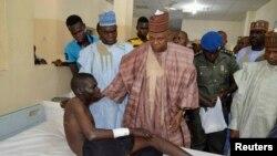 Gwamnan jihar Borno Ibrahim Kashim Shettima yayinda ya ziyarci wadanda kungiyar Boko Haram ta yiwa illa