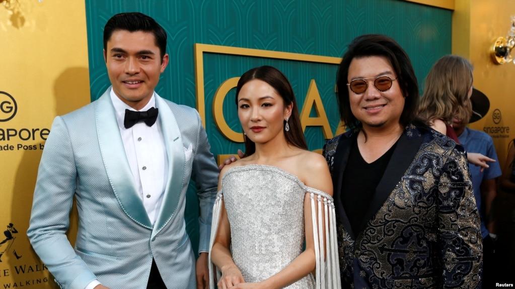 《瘋狂亞洲富豪》的洛杉磯首映式上,原著作者關凱文和演員亨利·高汀(左)、吳恬敏合影。 (2018年8月7日)