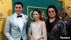 """Tác giả Kevin Kwan (phải) và hai diễn viên Henry Golding và Constance Wu chụp hình chung tại buổi ra mắt phim """"Crazy Rich Asians"""" ở Los Angeles, bang California, Mỹ, ngày 7 tháng 8, 2018."""