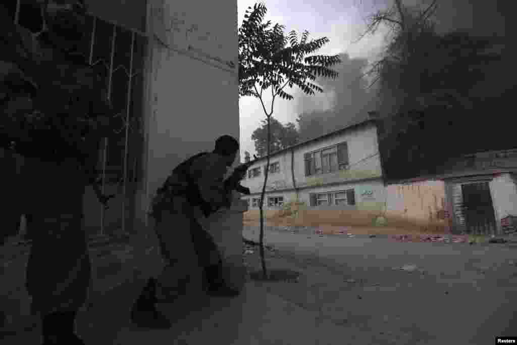 Əfqan polisi partlayışın baş verdiyi yerin yaxınlığında - Kabil, 24 may 2013.