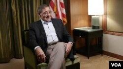 El secretario de Defensa Leon Panetta durante una entrevista con el corresponsal de la VOA, Luis Ramirez.