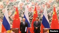 俄罗斯总统普京(左)和中国国家主席习近平2014年11月9日在北京钓鱼台国宾馆举行的签字仪式上。