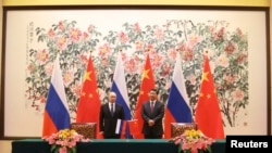 Tổng thống Nga Vladimir Putin (trái) và Chủ tịch Trung Quốc Tập Cận Bình trong một buổi lễ ký kết thỏa thuận ở Bắc Kinh, ngày 9 tháng 11, 2014.
