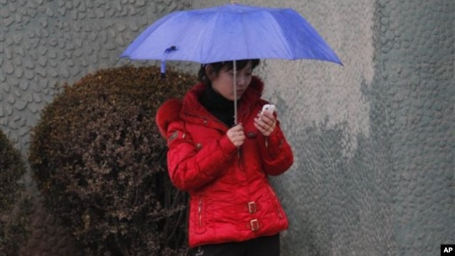 올해 3월 평양 거리에서 손전화(핸드폰)을 사용하는 북한 여성.