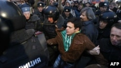 """Московская полиция задерживает лидера """"Солидарности"""" Илью Яшина. 31 октября 2011г."""